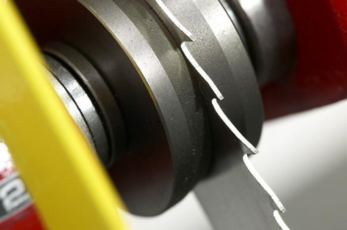 Le guidage de haute précision de la scie à ruban constitue la pièce maîtresse de la scie.  Il garantit une précision optimale et une longue durée de vie de la lame de scie.