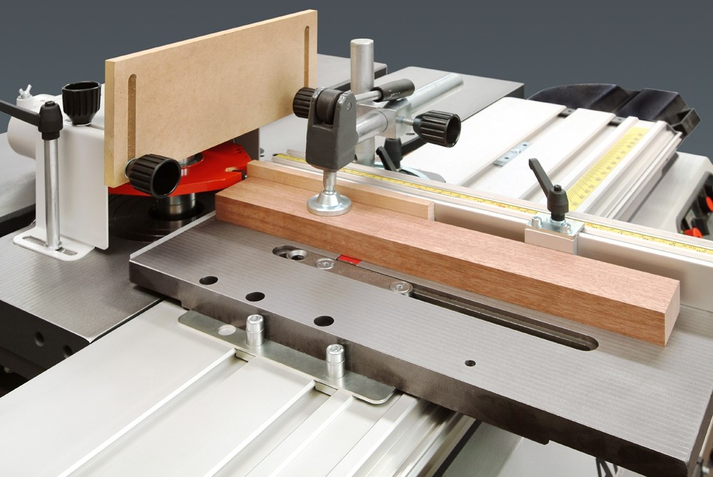 La table à tennoner lourde vous permettera de tennoner en toute sécurité et d'augmenter la rentabilité de votre machine. Capot de sécurité de tennonage avec capacité de 260 mm de diamètre.