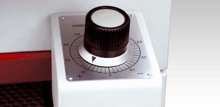 Positionnement automatique de la hauteur de travail. Réglage de prise de passe, précision 1/10 mm.