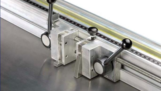 Règle orientable (- 45° / + 45°). Butées de précision et d'utilisation rapide.